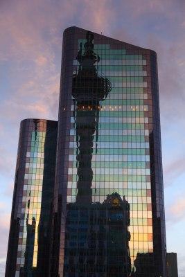 Sky Tower odbijająca się w jednym z drapaczy chmur. Okolice Hobson Str.