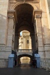 Jedna z bram Watykanu