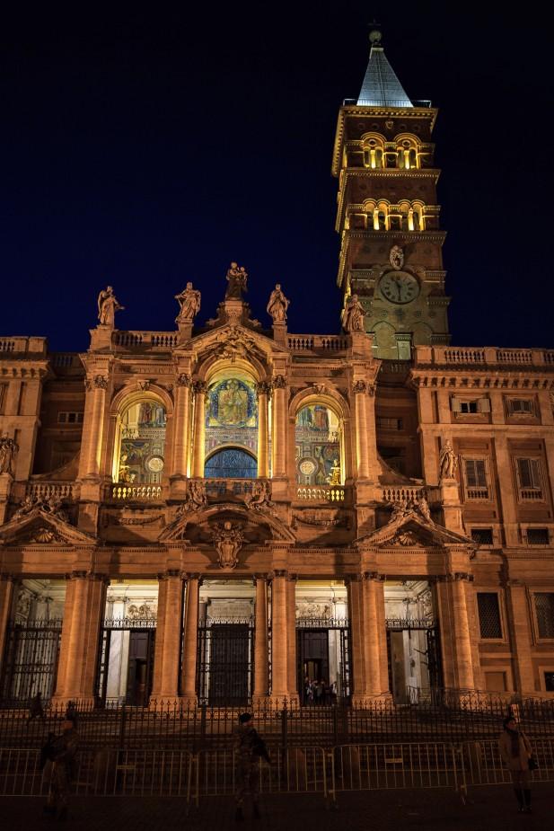 Bazylika Santa Maria Maggiore - widok nocą. Na górnym piętrze wspaniale podświetlone XII - wieczne mozaiki
