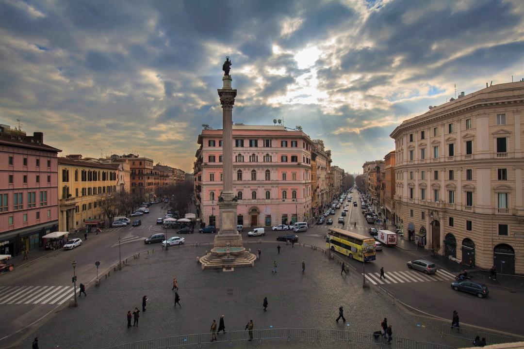 Plac przed Bazyliką Santa Maria Maggiore z widoczną kolumną z Bazyliki Maksencjusza
